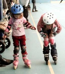 Deux enfants à l'école de roller de Maisons Laffitte