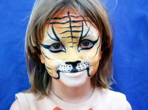 Maquillage d'enfant pendant un anniversaire